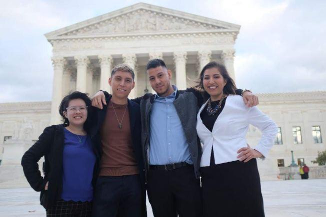 馮巧嬋(左一)與其他夢想生一起慶祝最高法院否決川普政府中止DACA的行政令。(馮巧嬋提供)
