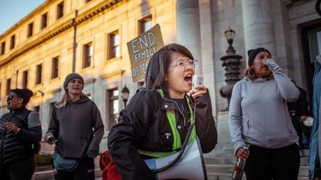 馮巧嬋(說話者)曾與其他夢想生從紐約市步行至華盛頓,讓更多人聽見夢想生的訴求。(馮巧嬋提供)