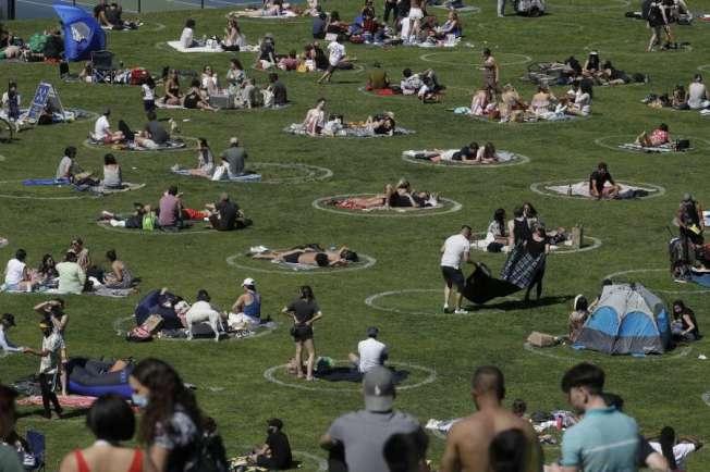 國殤周末,舊金山多洛斯公園的人潮。(Getty Images)