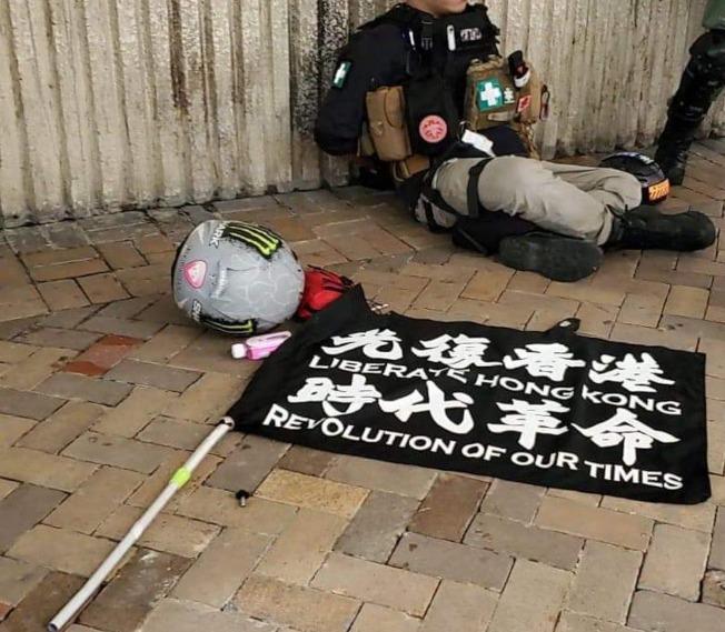 被抓獲的疑犯及其車尾的「港獨」旗幟。(取材自臉書)