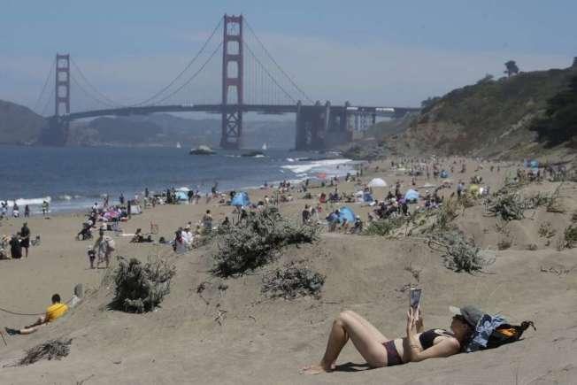 國殤周末,舊金山貝克灘的人潮。(Getty Images)