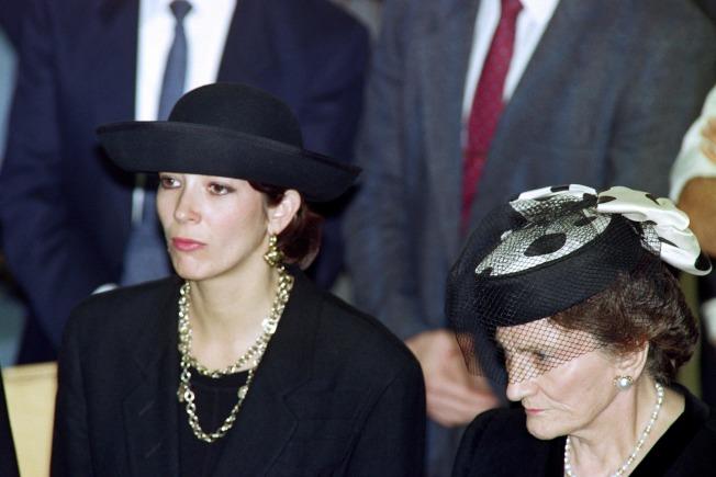 一名受害婦女指出,她從14歲至16歲之間遭到涉及淫魔富豪性醜聞案的英國名媛季絲蘭‧麥斯威爾(左)長期性侵。(Getty Images)