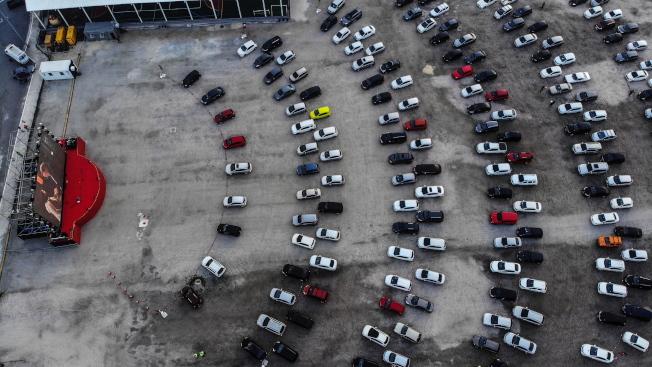里約熱內盧已有將停車場轉型為戶外汽車電影院的前例。(歐新社)
