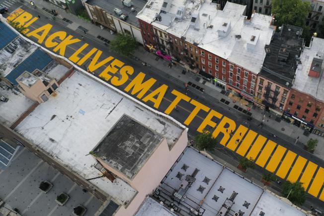 因為非裔佛洛伊德之死引發的「黑人命也是命」的反種族歧視運動,改變美國。圖為紐約市內的五大區都要在主要街道上塗潻「黑人命也是命」的標語。(美聯社)