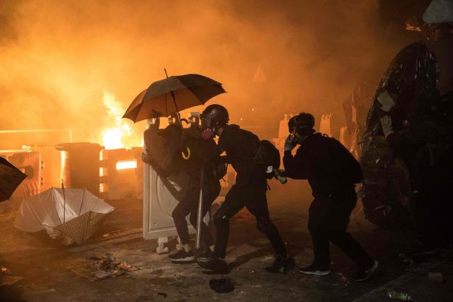 圖為去年11月12日在香港中文大學內,反送中抗爭者與警方爆發的激烈衝突。(Getty Images )
