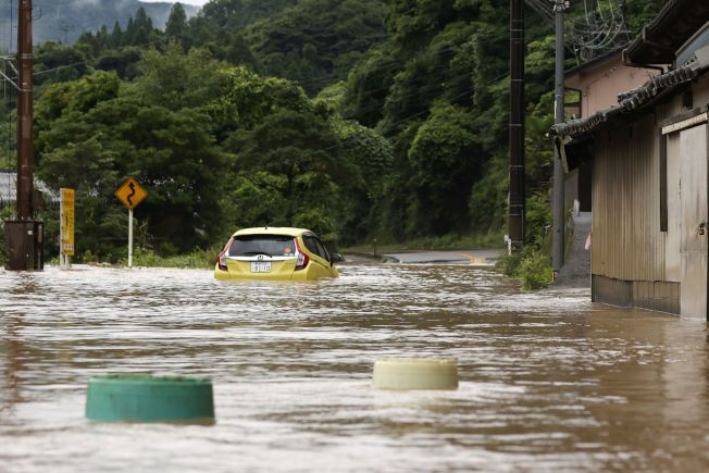 日本九州南部豪雨成災,河川氾濫、民宅遭土石流沖毀,熊本縣至少13人失聯,後來救出2人但已無生命跡象。(美聯社)