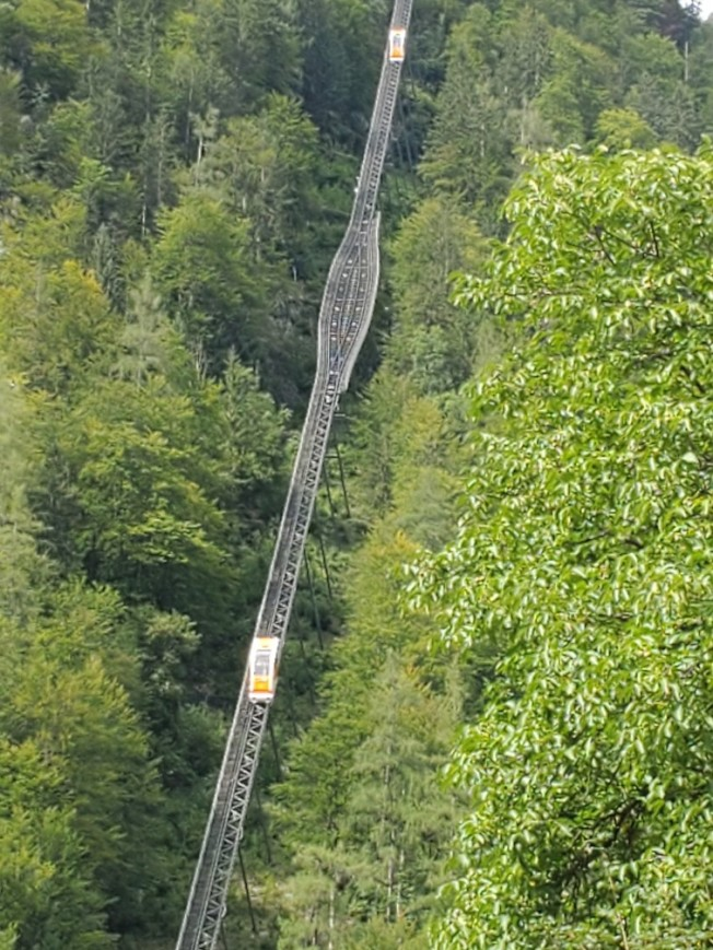 通往塩礦場的登山纜車索道。
