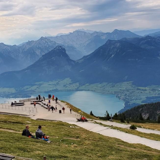 在夏夫堡山上欣賞湖景,遠方是十二角峰。(圖皆為作者提供)