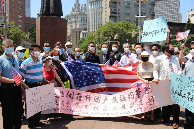 两名五分局华裔警员受到现场民众欢迎。 (记者张晨/摄影)