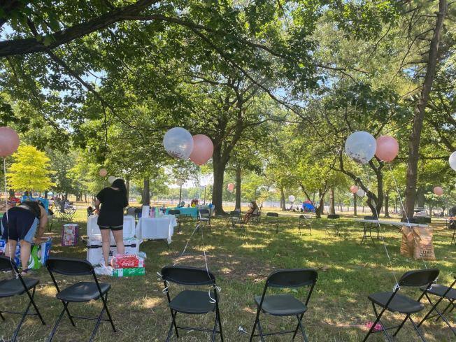 今年國慶節在法拉盛草原可樂娜公園的戶外燒烤民眾盡量保持社交距離,避免病毒傳播。(記者牟蘭/攝影)