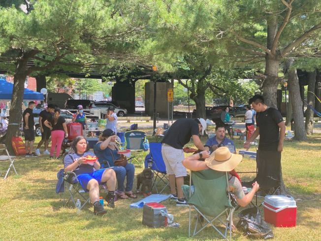 雖然疫情並未減少,但國慶節(4日)在皇后區法拉盛草原可樂娜公園進行戶外燒烤的民眾,多數未佩戴口罩。(記者牟蘭/攝影)