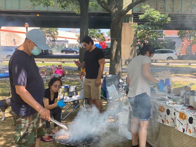 菲律賓裔愛麗絲一家人在國慶日前往法拉盛可樂娜公園燒烤。(記者牟蘭/攝影)