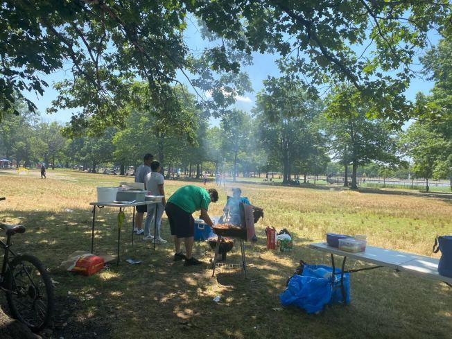 受疫情的影響,法拉盛草原可樂娜公園的戶外燒烤人數,較往年明顯減少。(記者牟蘭/攝影)