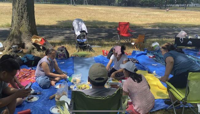 洛桑一家人找一處偏僻的地方,摘下口罩享受美食。(記者牟蘭/攝影)
