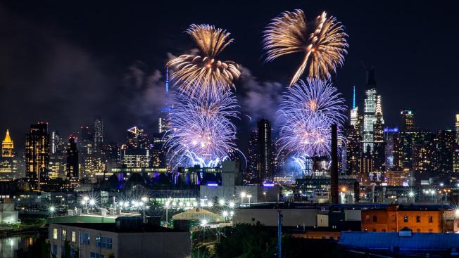 周煥新6月29日,在皇后區與布魯克林交接的制高點用鏡頭記錄今年梅西煙火秀。(周煥新/攝影)