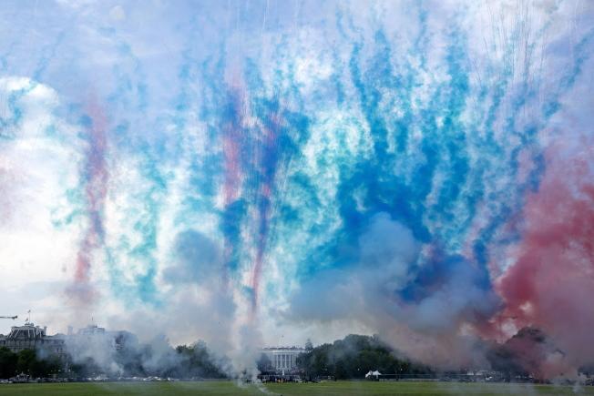 國慶日「向美國致敬」活動在華府舉行,紅藍色的煙霧瀰漫天空。(歐新社)