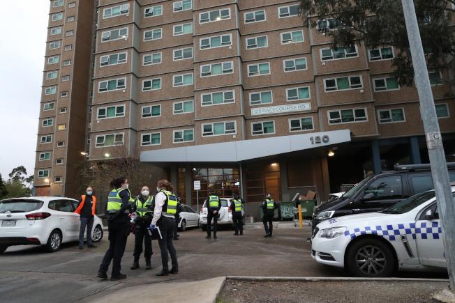 澳洲墨爾本一棟國民住宅大樓遭到封鎖。歐新社