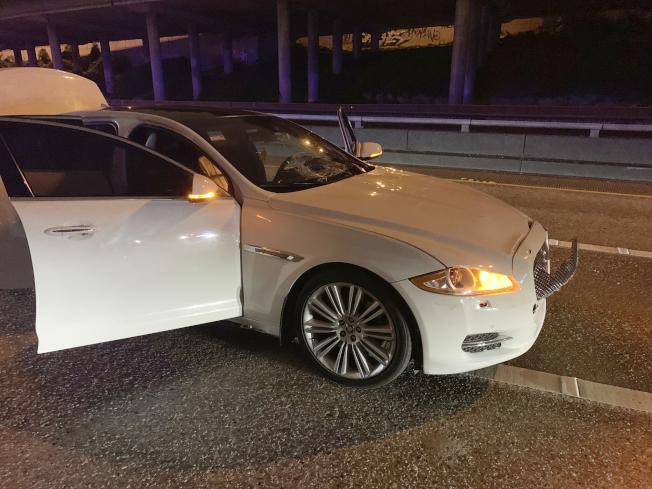 這輛白色捷豹駕駛人撞傷兩名婦女後,把車棄置現場逃逸,但最後還是被捕。(美聯社)