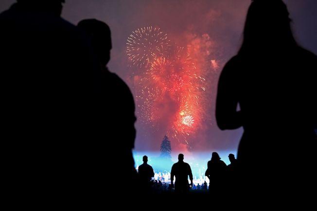 慶祝美國國慶「向美國致敬」活動4日在華府舉行,晚上在華盛頓紀念碑施放煙火,從白宮南草坪可看到的美麗的煙火。(Getty Images)