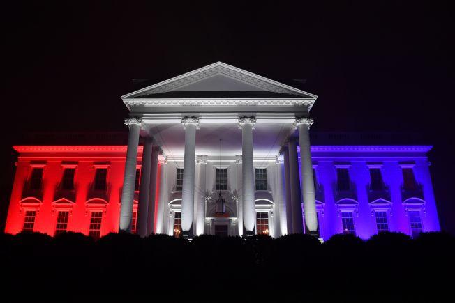 慶祝美國國慶「向美國致敬」活動4日在華府舉行,白宮也「穿上」美麗的燈光裝。(Getty Images)