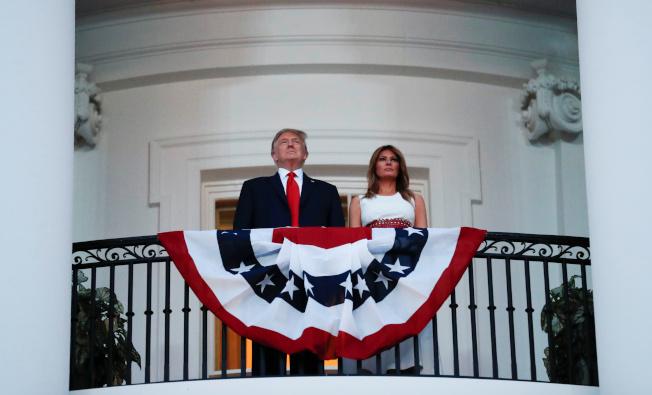 慶祝美國國慶「向美國致敬」活動4日在華府舉行,川普總統和第一夫人同觀煙火。(路透)