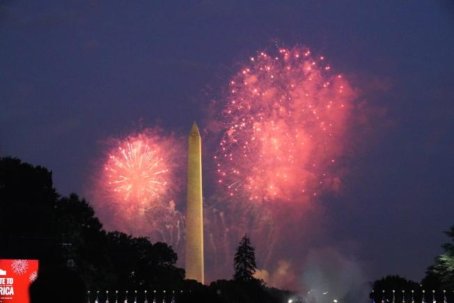 慶祝美國國慶「向美國致敬」活動4日在華府舉行,晚上在華盛頓紀念碑施放煙火。(歐新社)