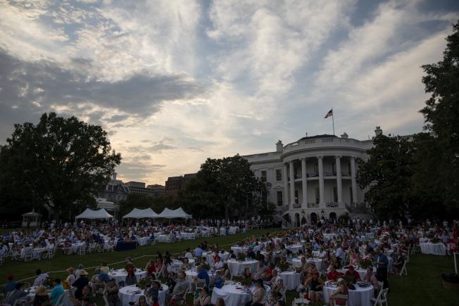 慶祝美國國慶「向美國致敬」活動4日在華府舉行,參加典禮的來賓在白宮草坪聚餐,沒有保持社交距離。(歐新社)