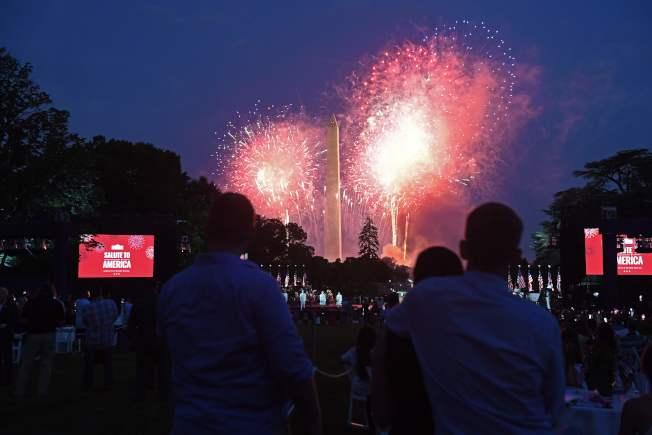慶祝美國國慶「向美國致敬」活動4日在華府舉行,晚上在華盛頓紀念碑施放煙火。(Getty Images)