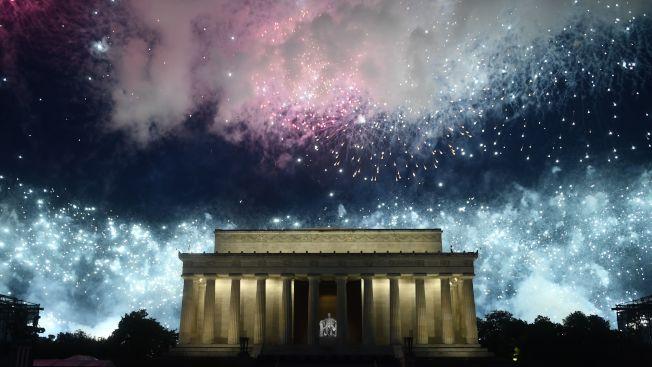 慶祝美國國慶「向美國致敬」活動4日在華府舉行,林肯紀念堂的上空可看到的美麗的煙火。(Getty Images)