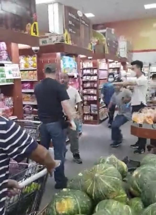 布碌崙華人超市員工發現竊賊偷東西,對方惱羞成怒挑起肢體衝突。(視頻截圖)