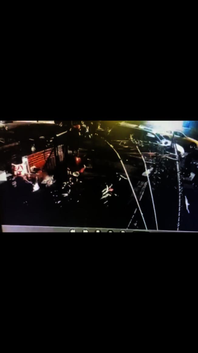 監控視頻顯示竊賊趁無人注意時偷走住家前的電單車。(市警提供)