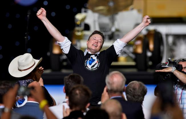 �R斯克的SpaceX成功�d�\太空人到���H太空站,他�_心�c祝。(路透)
