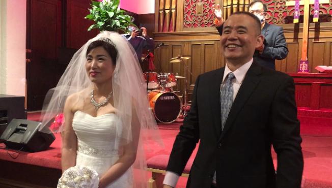 因受到疫情禁令限制,現場不到20人的婚禮,卻通過網路直播,一對新人收穫來自世界各地的滿滿祝福。(記者楊青/攝影)