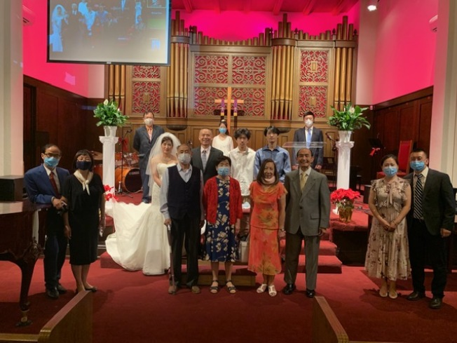 沒有鮮花沒有宴席沒有盛大豪華場面,新郎新娘疫情中的「雲婚禮」別開生面,新郎新娘和長輩及來賓們「大」合影。(記者楊青╱攝影)