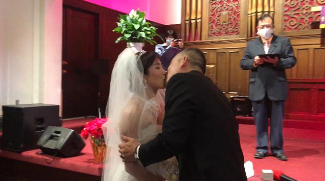 疫情險惡,更見真愛。分別來自台灣和中國大陸的竇道平和趙淑雲國慶日在聖迪瑪斯一家教堂舉辦婚禮,成爲疫情中走上紅地毯的「雲新郎」和「雲新娘」。(記者楊青/攝影)