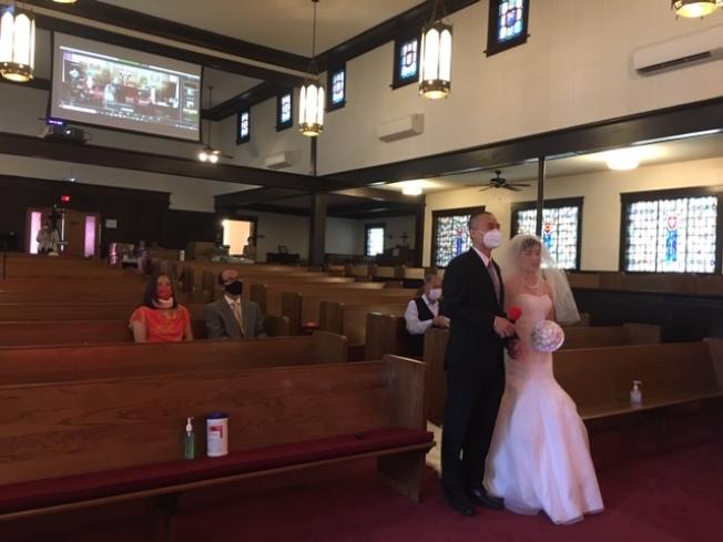 疫情禁令限制,現場不到20人的婚禮,卻通過網路直播,一對新人收穫來自海外的祝福。(記者楊青/攝影)