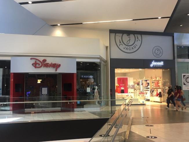 商場內數家商店關門。(記者王全秀子/攝影)