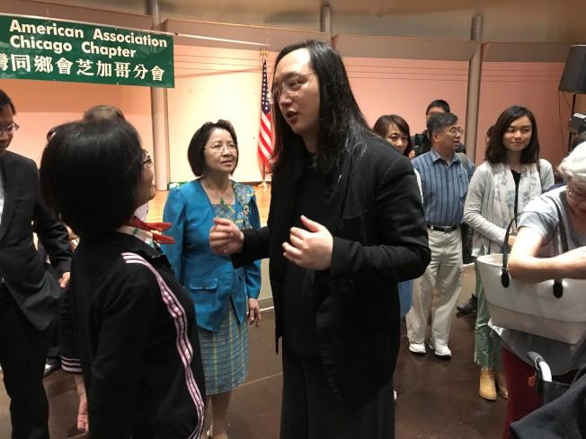 唐鳳(中)與芝加哥僑胞座談。(本報資料照片)