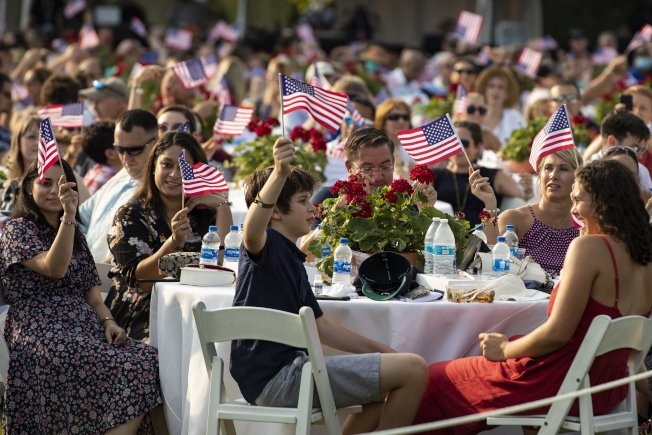 美國總統川普和第一夫人梅蘭妮亞4日在白宫南苑草坪開國慶派對,現場賓客幾乎沒人戴口罩。(歐新社)