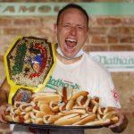 他吞75個、她吃48個半 國慶日熱狗大胃王賽破紀錄