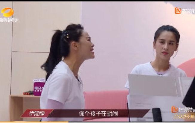 黃聖依(右)觀察伊能靜教唱的表情寓意深遠。(取材自微博)