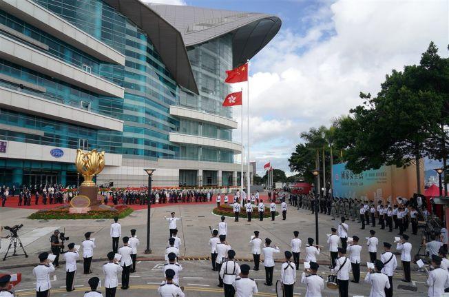 「港區國安法」規範涵蓋境外,加上全球現有52國與中港簽署引渡合作,引發「送中」疑慮,學者分析,西方民主國家配合機率不大,第三世界國家卻可能為利益屈服中方。圖為1日香港舉行慶祝回歸23周年活動。(中新社)