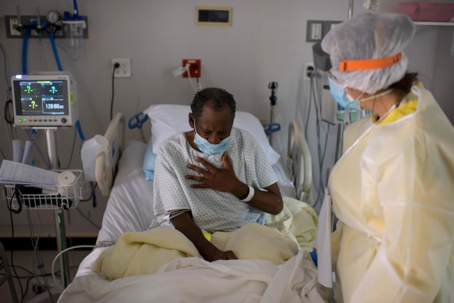 休士頓的新冠疫情爆發,嚴重程度可比4月時的重疫區紐約市,醫院負擔沉重。圖為2日休士頓的聯合醫學紀念中心,一位新冠病患正接受醫生的治療。(Getty Images)