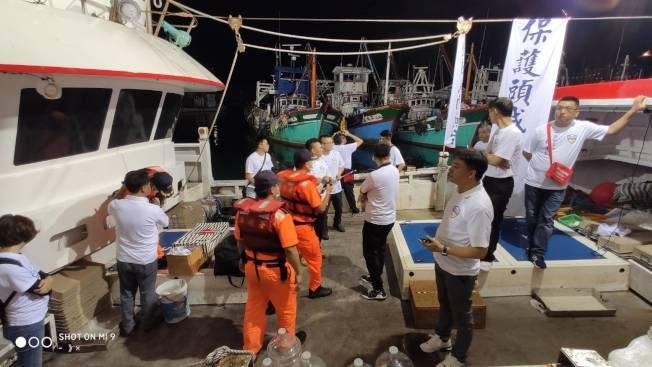 「沒有船員證」…宜蘭保釣出海夜襲 遭海巡擋下