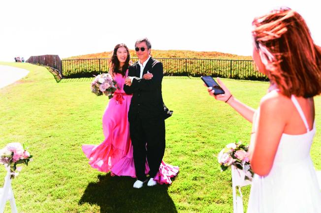 王偉忠(右)在婚禮派對上牽著女兒王羚。(圖:王偉忠提供)