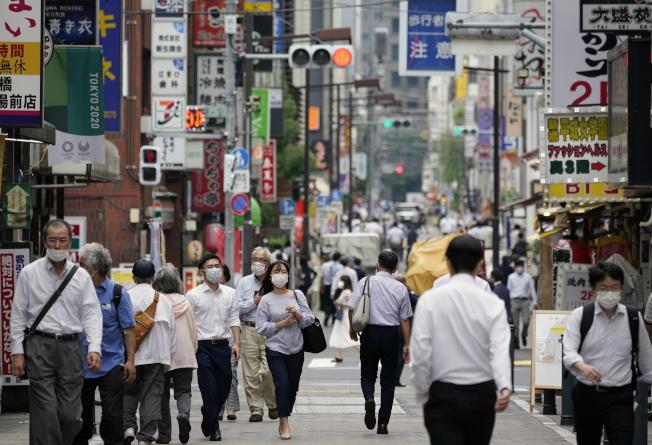 東京民眾上街戴口罩。(歐新社)