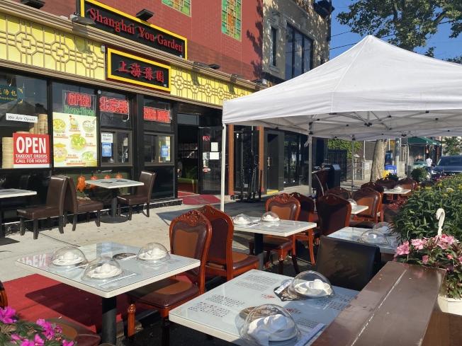 與「戶外餐廳」只有一街之隔的上海豫園也申請許可,在戶外擺上桌椅。(記者牟蘭/攝影)