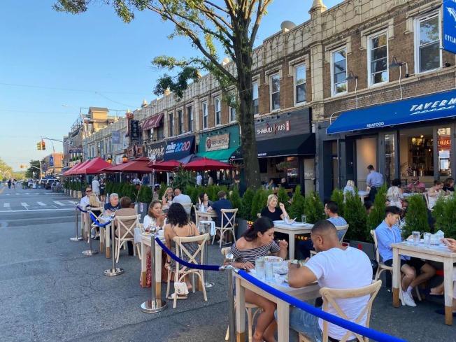 貝賽貝爾大道4日起變身戶外餐廳,成為當地新的風景線。(記者牟蘭/攝影)