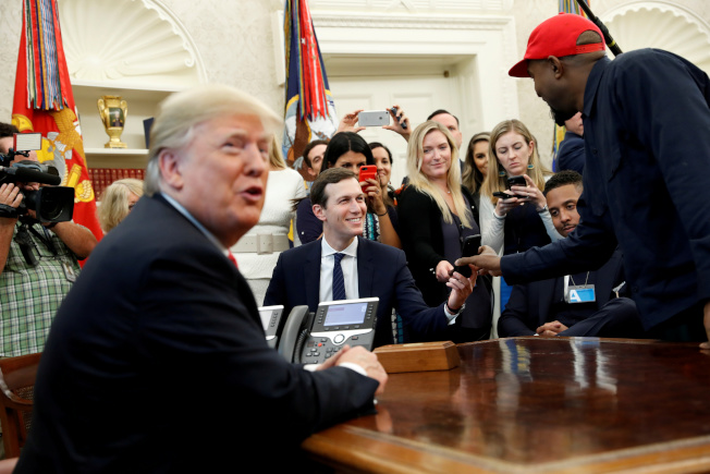 肯伊威斯特(右)在對川普(左)表白之後,2018年10月獲邀到白宫作客。(路透)