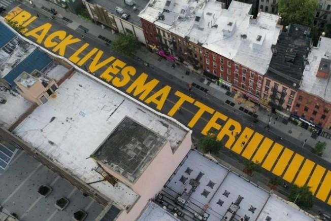 因為非裔佛洛伊德之死引發的「黑人命也是命」的反種族歧視運動,改變美國。圖為紐約市內的五大區都要在主要街道上塗漆「黑人命也是命」的標語。 美聯社